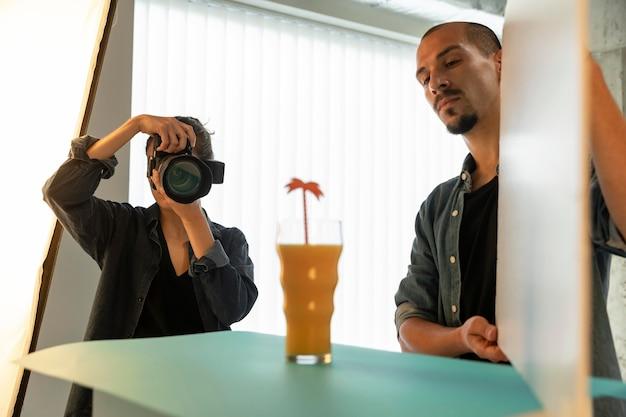 Estúdio de fotografia de produto especial com trabalhadores