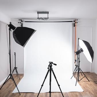 Estúdio de fotografia moderno com equipamentos profissionais com luzes brilhantes
