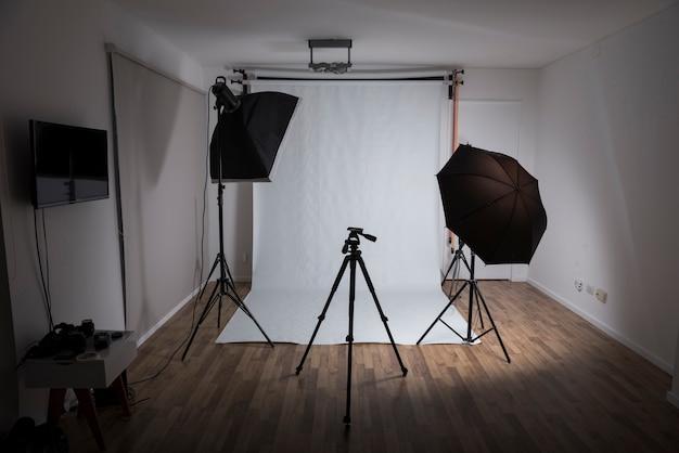 Estúdio de fotografia moderno com equipamentos profissionais