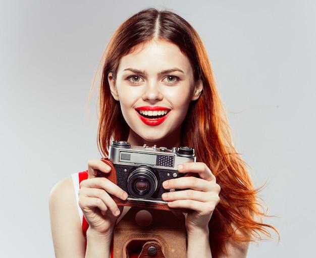 Estúdio de fotógrafo de mulher, mulher bonita tira fotos com a câmera, parede