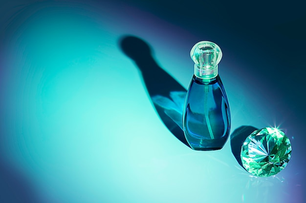 Estúdio de frascos de perfume em um fundo colorido com reflexão. perfumes, cosméticos, uma coleção de fragrâncias.