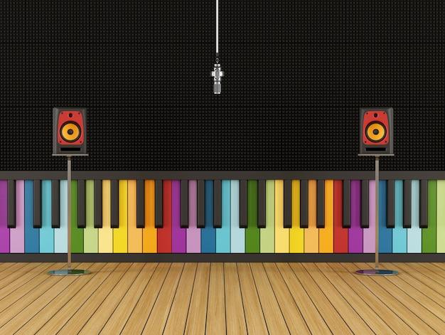 Estúdio de gravação com painel acústico colorido e alto-falantes