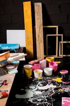 Estúdio de pintura com latas e molduras