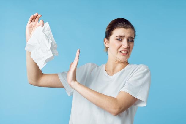Estúdio de problemas de saúde de mulher com lenço resfriado