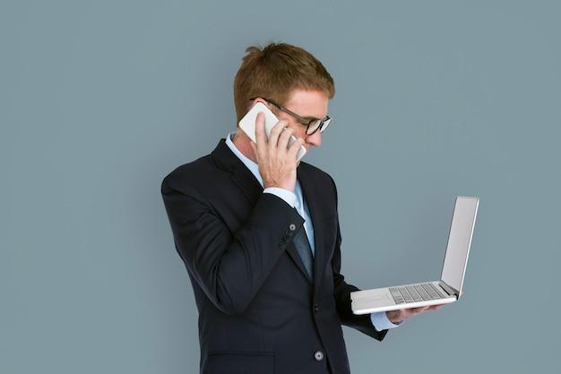 Estúdio de tecnologia falando telefone móvel