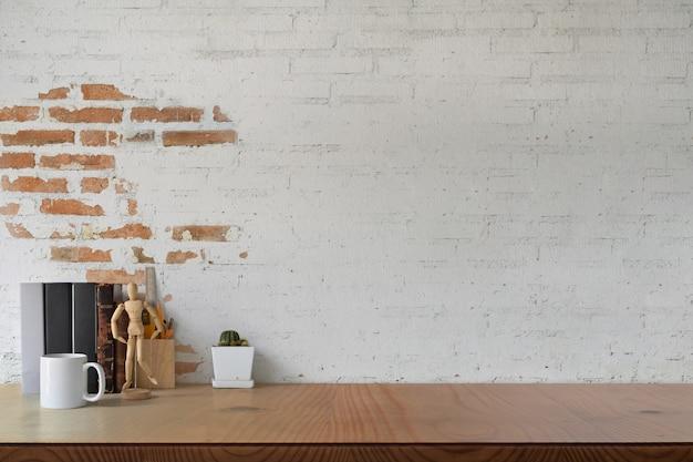 Estúdio de trabalho no sotão com material de escritório em casa e espaço de cópia para montagem