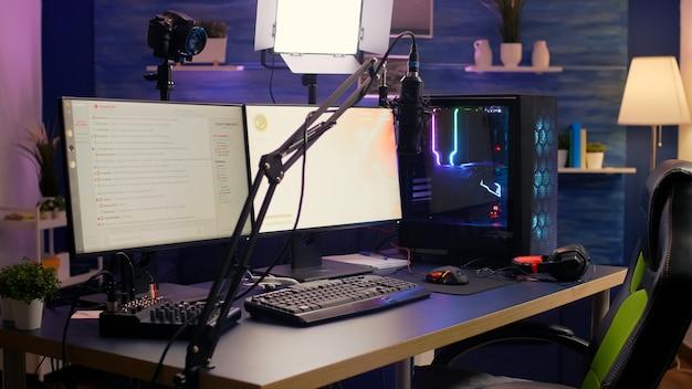 Estúdio doméstico de streaming vazio equipado com equipamento de streaming profissional