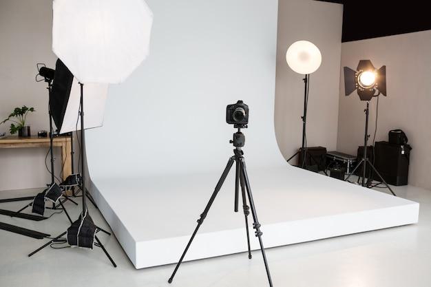 Estúdio fotográfico com equipamento de iluminação e câmera digital