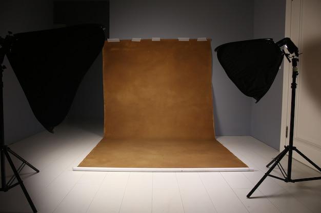 Estúdio fotográfico vazio com equipamento de iluminação