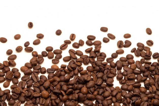 Estúdio isolado de feijão de café filmado em branco