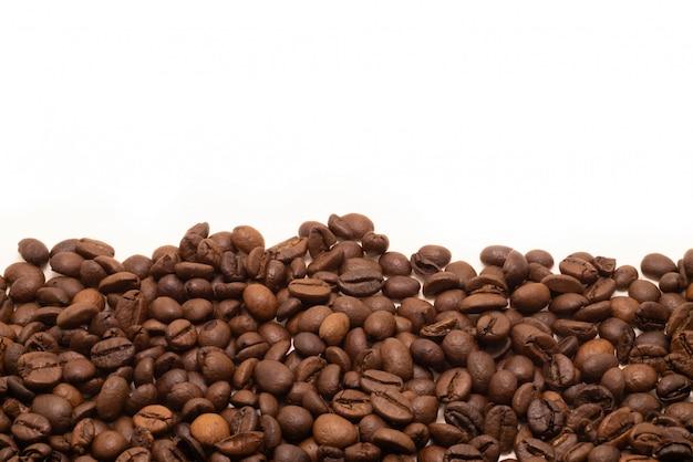 Estúdio isolado do feijão de café disparado no branco.