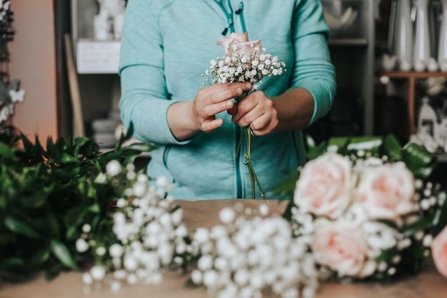 Estúdio profissional de florística, amarrando uma flor de casamento, floricultura