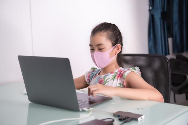 Estudo da menina pelo computador em casa