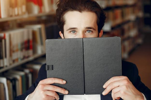 Estudo de cara bonito na biblioteca