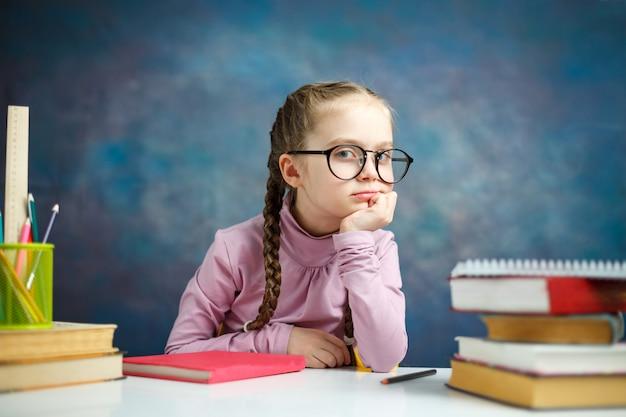 Estudo de menina estudante caucasiano pouco pensativo