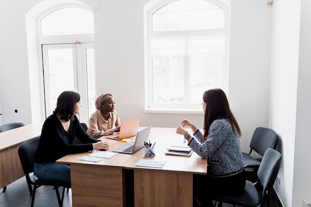 Estudo particular de escola estrangeira com uma estudante. o professor explica a gramática da língua nativa usando um laptop. preparação para o exame com o tutor.