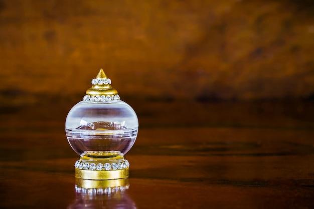 Estupa de vidro em close-up na mesa de madeira