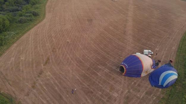 Esvaziando um balão de ar quente. em ryazan, rússia, 18 de julho de 2021. balão de ar quente colorido