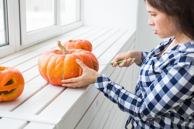 Esvaziar uma abóbora para preparar a lanterna de halloween.