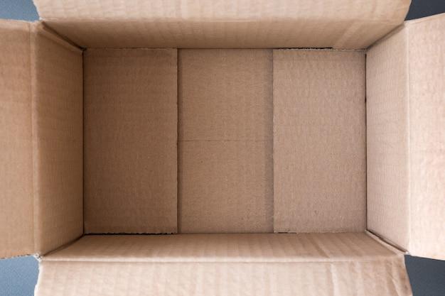 Esvazie a caixa de papelão aberta como pano de fundo, vista interna. fechar-se