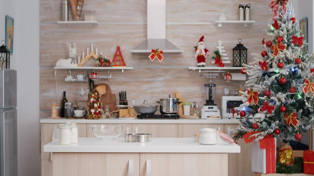 Esvazie a cozinha com decoração de natal e ninguém dentro está pronta para a tradicional celebração de natal