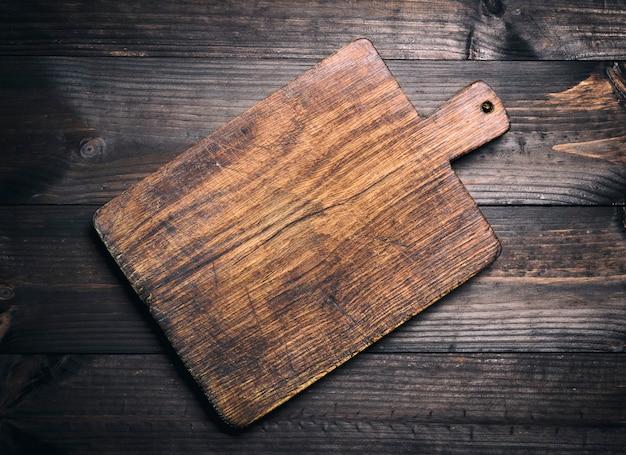 Esvazie a placa de estaca de madeira marrom muito velha da cozinha