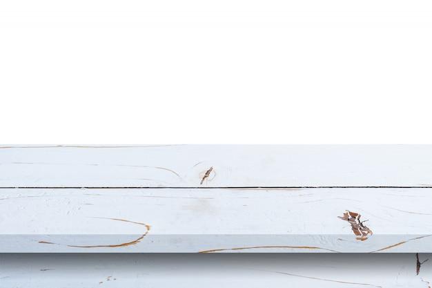 Esvazie a tabela de madeira branca no fundo branco do isolado e exiba a montagem com espaço da cópia para o produto.