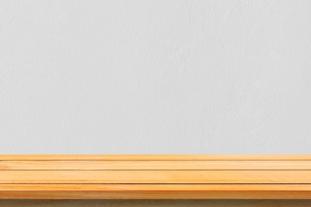 Esvazie as prateleiras de madeira e o fundo da parede de pedra. perspectiva prateleiras de madeira marrom sobre o fundo da parede de pedra. - pode ser usado para exibir ou montar seus produtos. insira a exibição do produto.