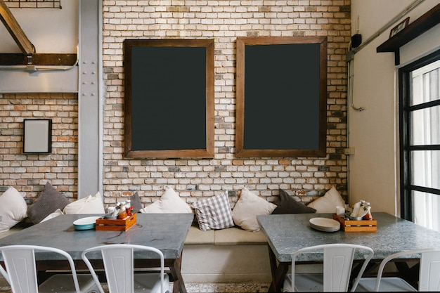 Esvazie duas placas pretas na parede de tijolo e na tabela de dinning dentro abaixo.
