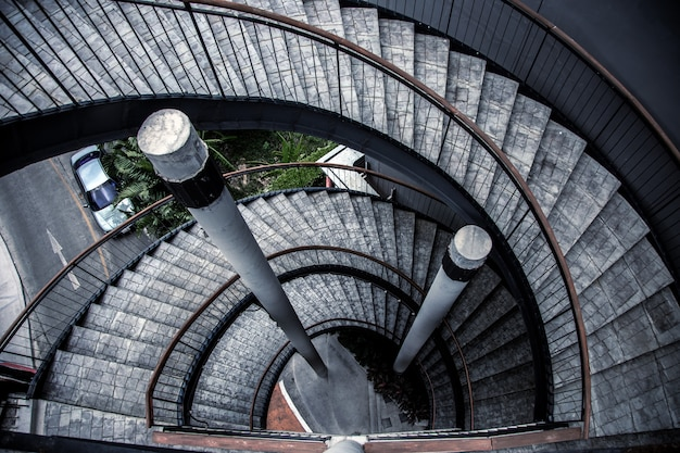 Etapa da escada moderna edifício estilo loft alto da vista superior