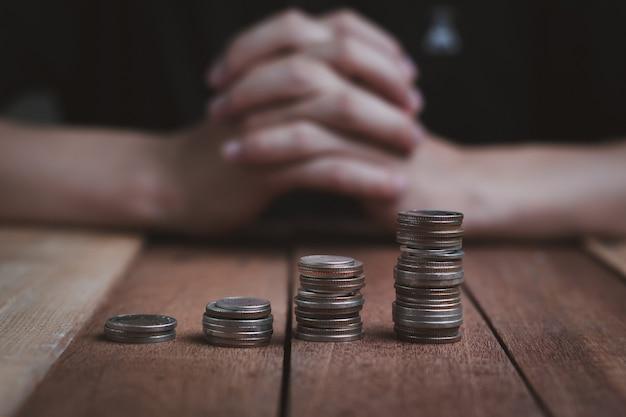 Etapa de crescimento de dinheiro e moeda, negócios e finanças com a mão do homem borrão no fundo, conceito econômico