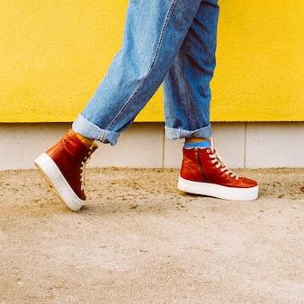 Etapa no outono. tênis vermelhos elegantes. moda urbana