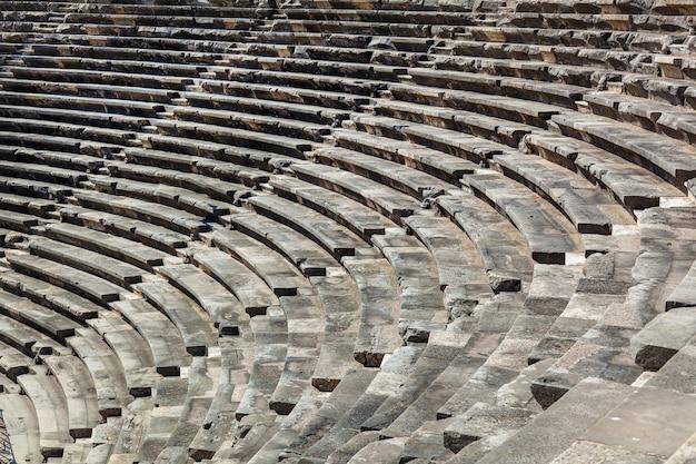 Etapas de pedra de um antigo anfiteatro dos tempos antigos na região de antalya, side, turquia.