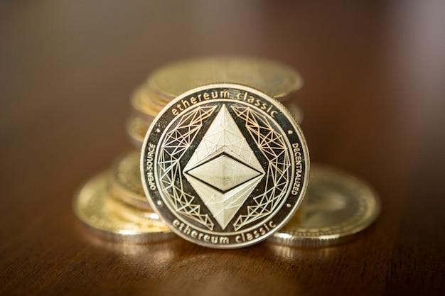 Ether é uma criptomoeda cujo blockchain é gerado pela plataforma ethereum.
