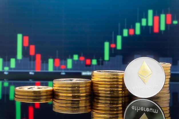 Ethereum (eth) e conceito de investimento em criptomoeda - moedas de metal físico ethereum com gráfico de preços de mercado de câmbio de comércio global no fundo