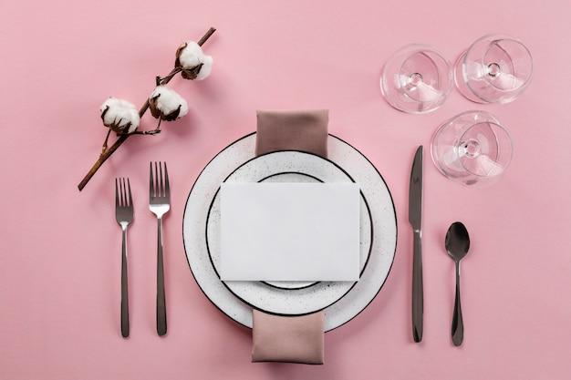 Etiqueta à mesa com fundo rosa plano