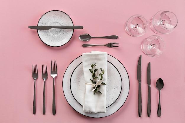Etiqueta à mesa com fundo rosa