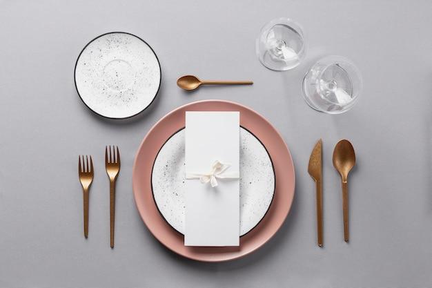 Etiqueta à mesa e vestir de forma plana