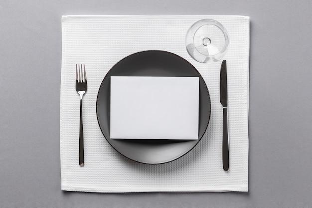 Etiqueta à mesa e vista superior de vestir