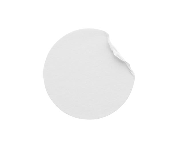 Etiqueta adesiva de papel redondo branco em branco isolada no fundo branco com traçado de recorte