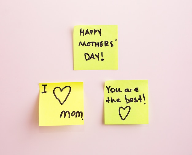Etiqueta amarela do lembrete da nota do dia de mãe feliz em uma parede, Foto Premium