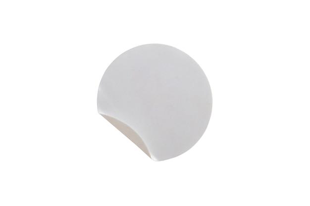 Etiqueta autocolante de papel com círculo branco em branco isolada no fundo branco com traçado de recorte