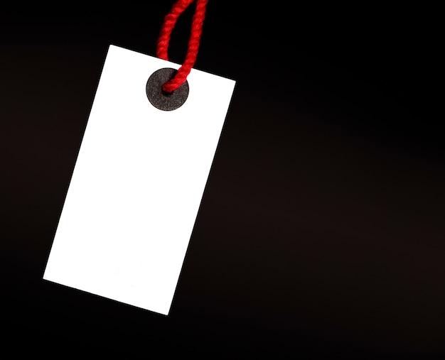 Etiqueta branca em branco na linha vermelha em fundo preto