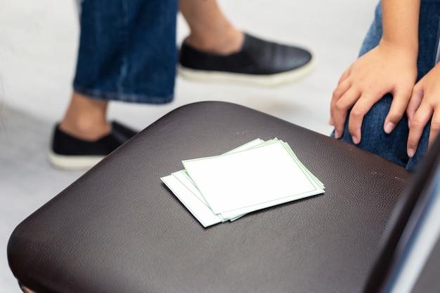 Etiqueta branca em cima da mesa. usado para menus ou para colocar palavras em.