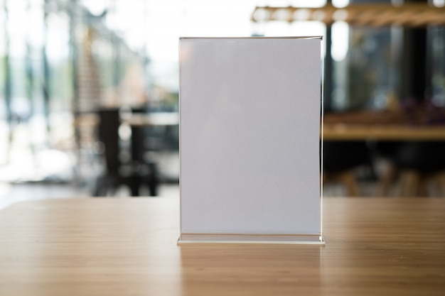 Etiqueta branca no café. carrinho de exposição para cartão de tenda de acrílico no café.