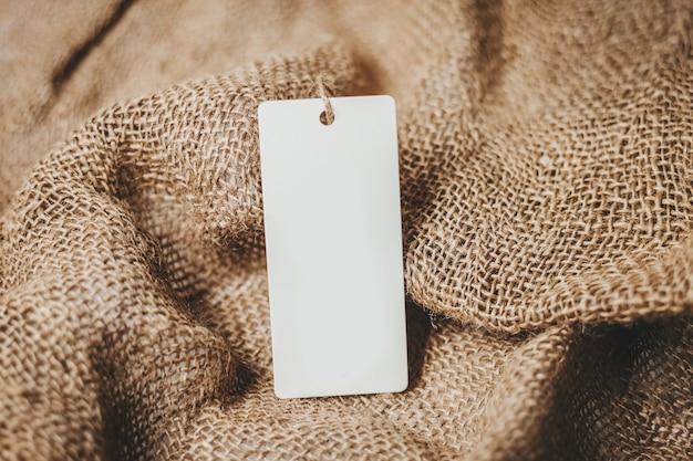 Etiqueta branca vazia em maquete de fundo de serapilheira vintage