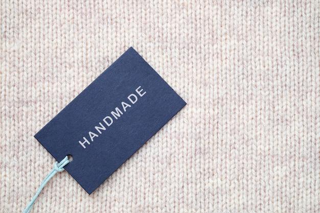 Etiqueta com inscrição handmade na textura de malha