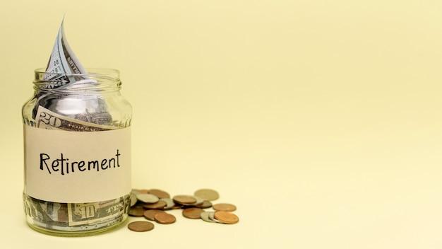 Etiqueta de aposentadoria em uma jarra cheia de dinheiro vista frontal e cópia espaço