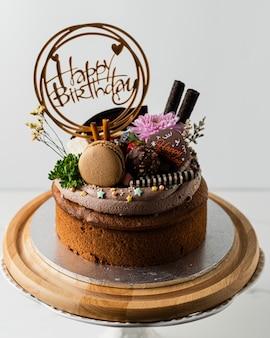 Etiqueta de feliz aniversário no bolo de chocolate