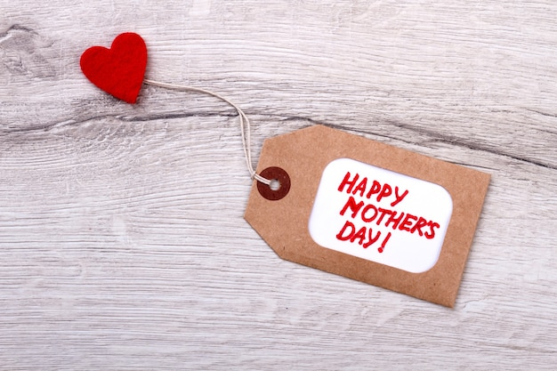 Etiqueta de feliz dia das mães. etiqueta e coração em madeira. etiqueta de saudação artesanal. presente de amor no dia das mães.